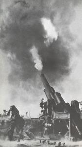 """Du 1er septembre 1941 au 27 janvier 1944, l'artillerie allemande pilonne quotidiennement la ville et les troupes la défendant. Fort heureusement, l'armée rouge fera tout pour """"occuper"""" l'artillerie allemande, et ce au prix d'incommensurables pertes."""